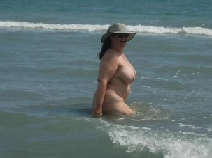 Nudist BBW Pissing on the Sea