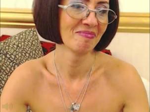mature lady Milou spreading..