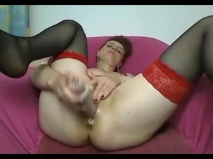 Mature amateur Linda toys her..